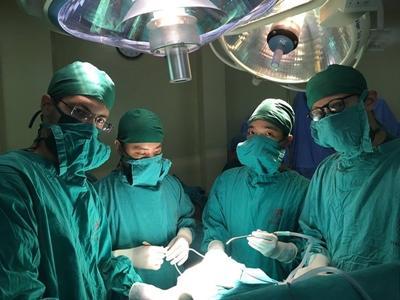 To italienske frivillige observerer på avdelingen for nevrokirurgi