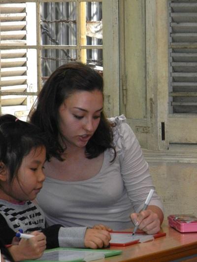 Språkterapistudenter som jobber med aktiviteter for barn i Vietnam