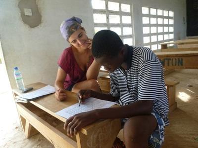 Språkterapifrivillig i Togo som jobber med en pasient