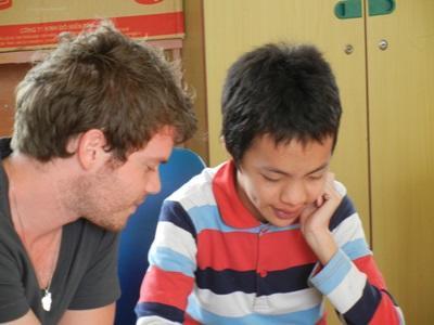 Frivillig på språkterapiprosjektet som hjelper et barn på en klinikk i Vietnam