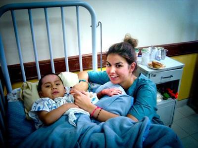 Frivillig sykepleier jobber med et barn på et sykehus i Bolivia
