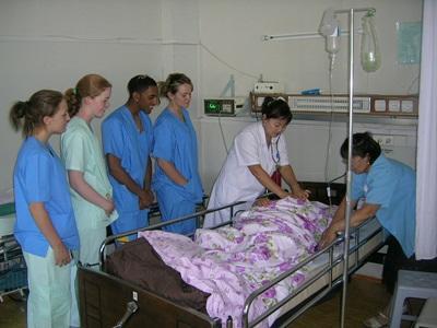 Frivillig som observerer ansatte behandle en pasient på et sykehus på sykepleieprosjektet i Mongolia