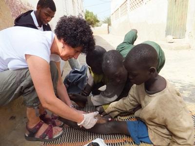 Sykepleiefrivillig i Senegal som jobber med barn på gata