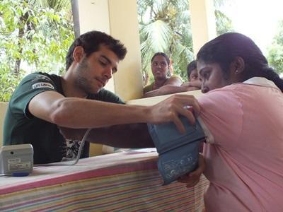 En lokal kvinne får sjekket blodtrykket av en frivillig på Sri Lanka