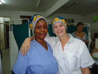 Frivillig med lokalt ansatt på et Sykepleieprosjekt i Tanzania