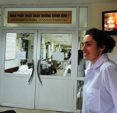 Frivillig som arbeider på et sykehus på sykepleieprosjektet i Vietnam