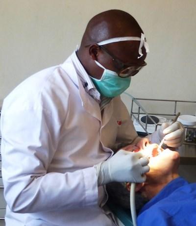 Frivillig som observerer ansatte som jobber med tannpasienter på en klinikk i Kenya