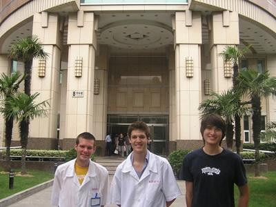 Frivillige på tannlegefagprosjektet utenfor plasseringen sin i Kina