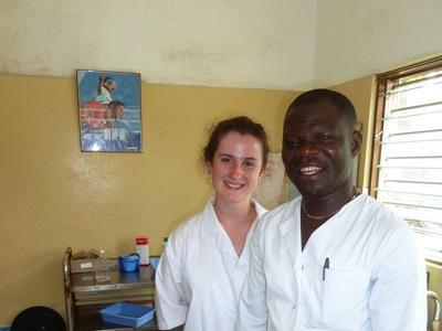 Frivillig på tannlegefagprosjektet som jobber på et sykehus i Lomé, Togo