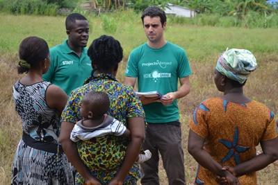 Frivillige på mikrofinansprosjektet gjør undersøkelser i lokalsamfunn i Ghana