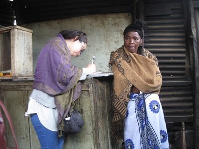 Frivillig på mikrofinansprosjektet intervjuer en lokal dame for å forstå internasjonal utvikling i Tanzania