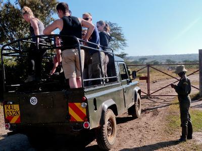 Projects Abroad-frivillige gjør seg klar for en kjøretur rundt i reservatet på Natur & Miljø-prosjektet i Kenya