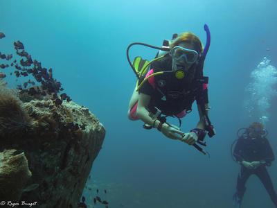 En frivillig på dykkerkurs i Kambodsja