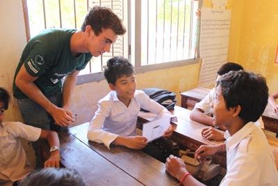 En frivillig underviser i naturvern på lokale skoler på Koh Sdach