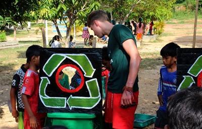Frivillige har kreative aktiviteter med barna for å øke miljøbevisstheten på de lokale skolene på Koh Sdach, Kambodsja
