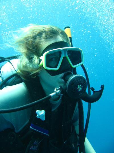 En frivillig på dykkerkurs i Thailand