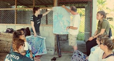 Frivillige på Natur- og Miljøprosjektet under en introduksjon til prosjektet
