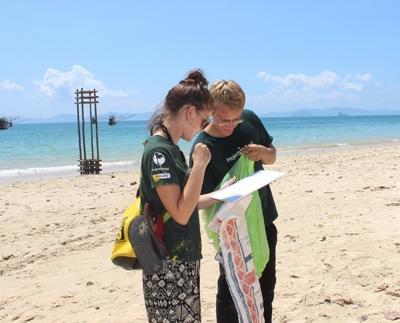 Frivillige på Natur- og Miljøprosjektet i Thailand hjelper til med opprydning på strendene