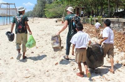 Frivillige på Natur- og Miljøprosjektet jobber sammen med lokale skolebarn i Thailand
