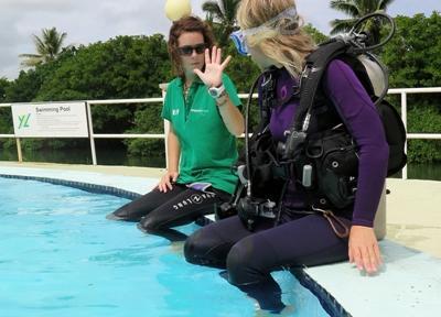 Frivillig får dykkeundervisning for å bli Divemaster på Fiji