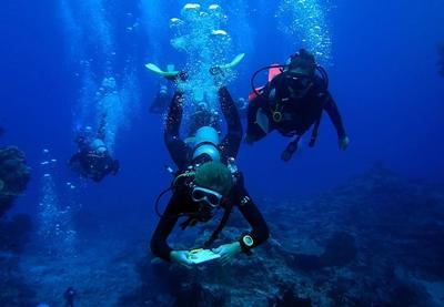 Frivillige under dykk på Divemaster kurs på Fiji