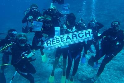 Frivillige poserer foran kamera under forskningsdykking på Fiji