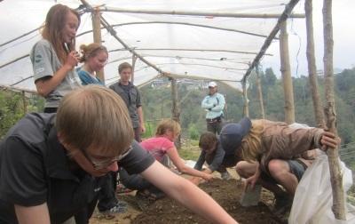 Frivillige på natur- og miljøprosjektet i Nepal jobber med flora og fauna i Himalayafjellene