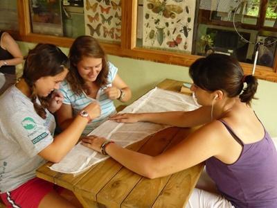 Frivillige som underviser i miljøvern på natur- og miljøprosjektet i Costa Rica