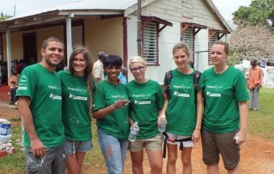 En gruppe med frivillige sammen på byggeprosjekt i Jamaica