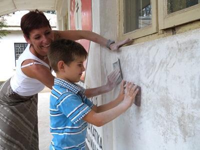 Mor og sønn som jobber på et Byggeprosjekt utenlands