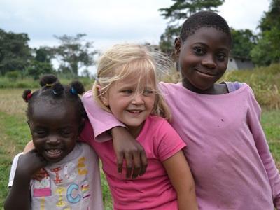 Ung jente som leker med de lokale på en prosjekt for frivillige i utlandet