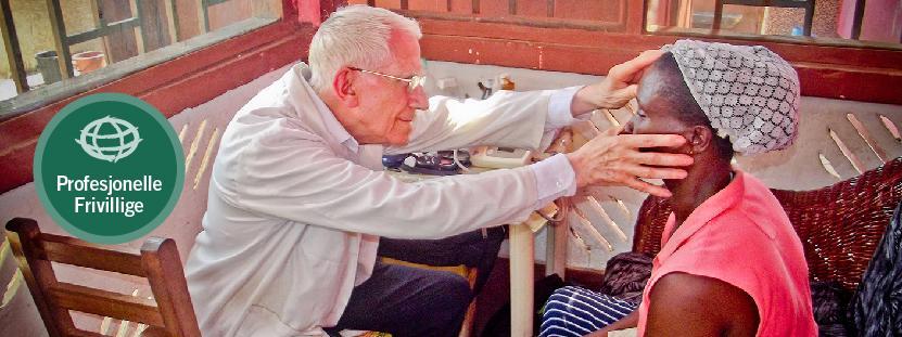 En doktor som deltar som PRO-frivillig undersøker en pasient i Ghana
