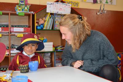En frivillig sammen med barn i en barnehage i Peru