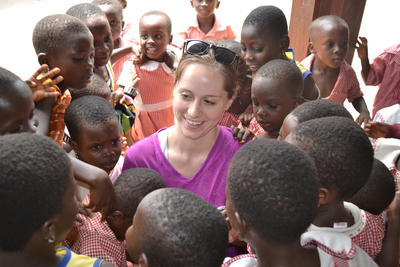 En frivillig sammen med lokale barn, under oppsøkende, medisinsk arbeid