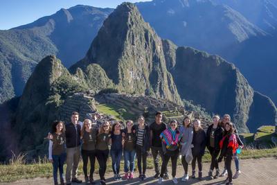 En gruppe sommerfrivillige på tur til Machu Picchu i løpet av fritiden sin