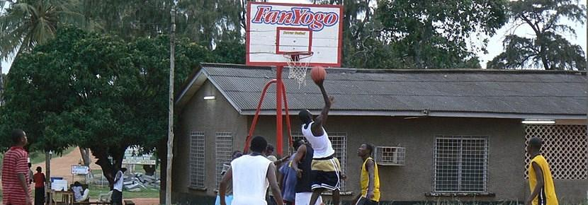 Frivillig som trener en basketballtrening i utlandet med Projects Abroad
