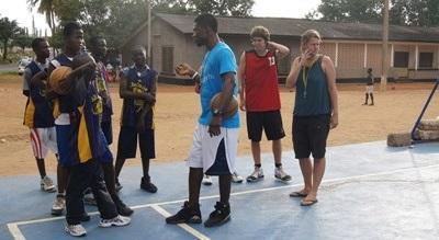 Frivillige som leder en basketballtrening på en skole i Ghana
