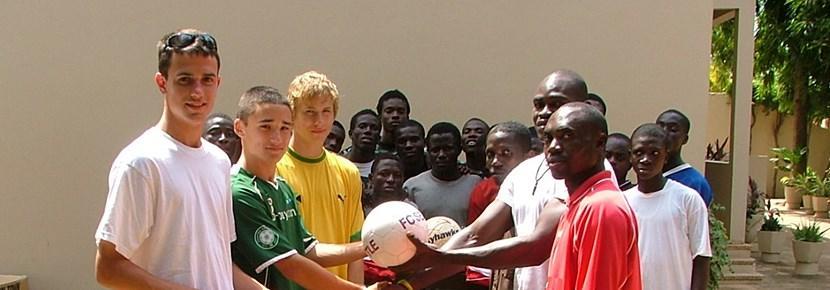 Frivillige trener fotball på en skole utenlands med Projects Abroad