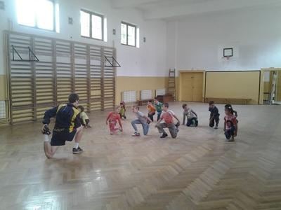 En frivillig hjelper barn under en oppvarming i Romania