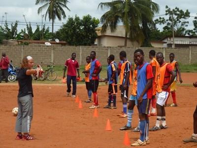 Frivillig fotballtrener leder en fritidsklubb etter skoletid i Togo