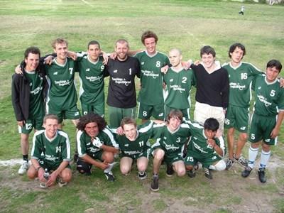 Frivillige sammen med et fotballag på sportprosjektet i Peru
