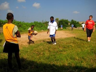 Frivillig som trener et rugbylag på en skole i utlandet