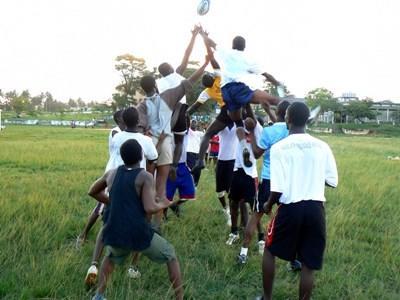 Rugbytrening utenfor en skole på sportprosjektet i Ghana