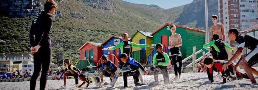 Frivillige på stranden på surfeprosjektet i Sør-Afrika med Projects Abroad