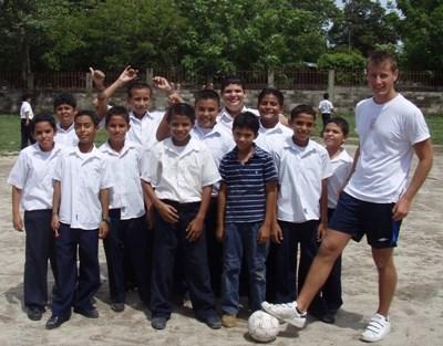 Frivillig fotballtrener sammen med laget han trener i Costa Rica