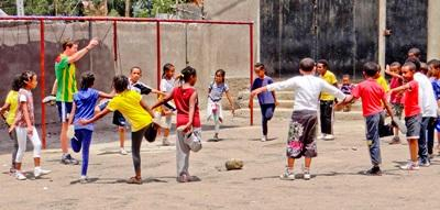 Frivillige gjør uttøyninger med elever på sportprosjektet i Etiopia