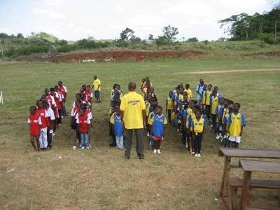 Skolebarn som trenes av frivillige på Jamaica, Karibien