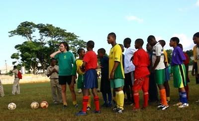 Sportsfrivillig trener elever på en skole på Jamaica