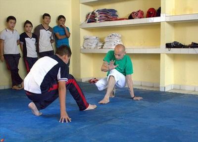 Frivillig trener viser fram sportsferdigheter til barn i Mexico