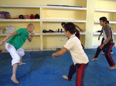 Friivllig trener barn på en skole i Mexico